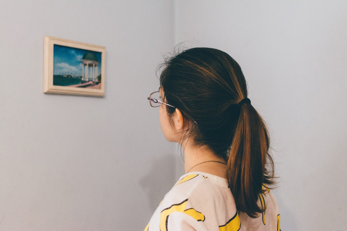 woman_wall_watching_frame_gallery-177210